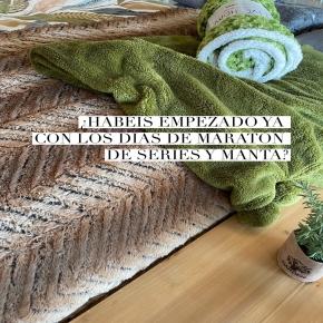 Peli o serie ese esa es la cuestión… 🍿pero la mantita en el sofá o según cómo hasta en la cama, no se queda nunca fuera de la ecuación!   ¿Sois tanto de mantitas suaves y amorosas como nosotros? De esas que relajan y hasta dan sueño…  #manta #mantas #sofa #cama #bedroomdecor #textil #textilhogar #deco #decoracion #decoration #interiordesign #details #homedecor #homeserra #terrassa #terrassacomerç